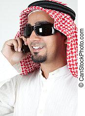 joven, exitoso, árabe, hablar, encima, teléfono celular, y, sonriente