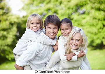 joven, familias, con, niños, aire libre