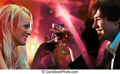 joven, feliz, amoroso, emparéjese celebrando, con, vino rojo, en, restaurante