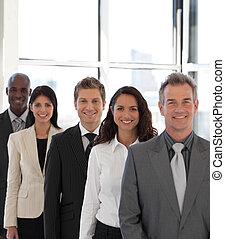 joven, feliz, equipo negocio, mirar cámara del juez