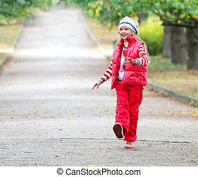 joven, feliz, niña, ambulante, en, otoño, parque