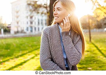 joven, feliz, niña, en un buen humor, escuchar música, con, radio, auriculares, en, un, día de otoño, el gozar, el, bueno, weather.