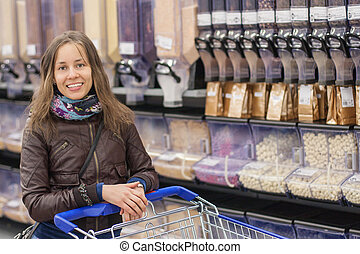 joven, feliz, niña, en, un, supermercado