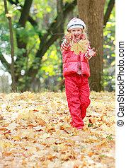 joven, feliz, niña, juego, en, otoño, parque