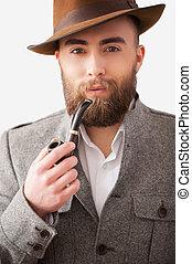 joven, formalwear, tubo, cámara, tenencia, pipe., retrato, hombre sonriente, fumar, guapo