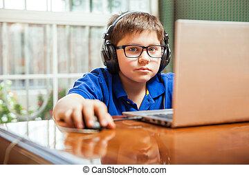 joven, gamer, utilizar, un, computador portatil