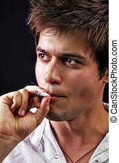 joven, guapo, hombre fumar