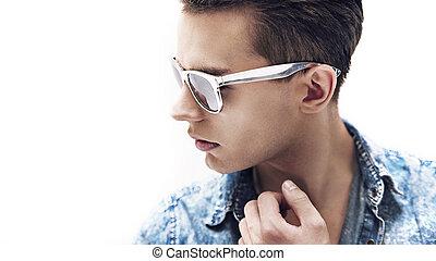 joven, guapo, hombre, llevando, elegante, gafas de sol