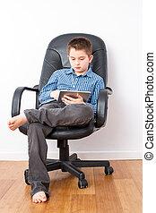 joven, guapo, niño, en, un, silla, con, tableta