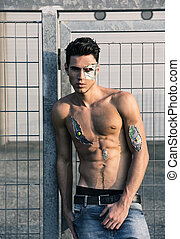 joven, guapo, shirtless, robótico, hombre, en, el, calle