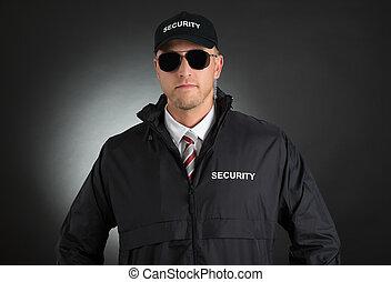 joven, guardaespaldas, en, uniforme