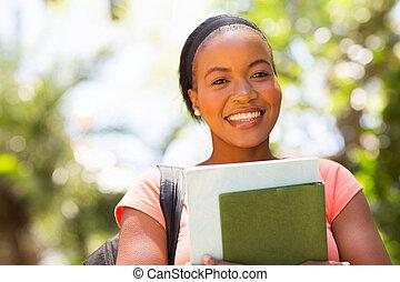 joven, hembra africana, estudiante universitario, cicatrizarse