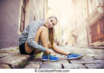 joven, hembra, corredor, atar, ella, shoes