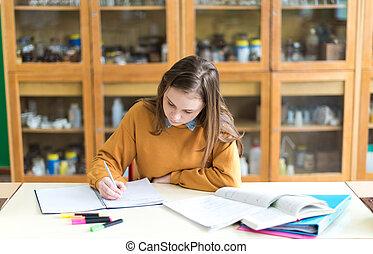 joven, hembra, estudiante universitario, en, clase de química, escritura, notas., enfocado, estudiante, en, classroom., auténtico, educación, concept.