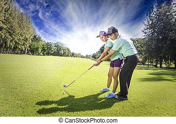 joven, hembra, jugador del golf, en, gama que maneja, con, un, golf pro, ella, presumably, hace, ejercicio