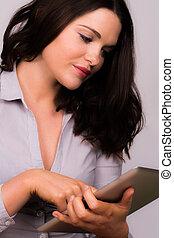 joven, hembra, utilizar, ipad, tableta