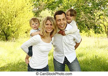 joven, hermoso, familia , con, niños, en, naturaleza