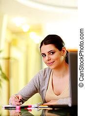 joven, hermoso, mujer feliz, notas de letra, en casa