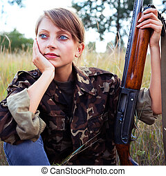 joven, hermoso, niña, con, un, escopeta