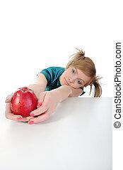 joven, hermoso, niña, con, un, manzana roja, en, el, mesa.