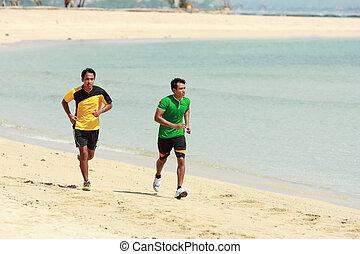 joven, hombre asiático, corriente, en, playa, deporte, concepto