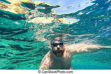 joven, hombre barbudo, el zambullirse adentro, un, azul, agua limpia