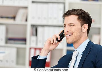 joven, hombre de negocios, charlar, en, el suyo, móvil