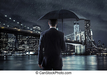 joven, hombre de negocios, con, un, paraguas, encima, el, noche, ciudad, backgroun