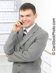 joven, hombre de negocios, en, oficina