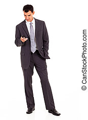 joven, hombre de negocios, lectura, sms