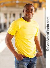 joven, hombre norteamericano africano, en, centro comercial