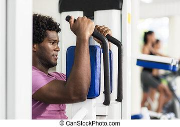 joven, hombre norteamericano africano, entrenamiento, en, condición física, gimnasio