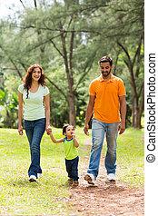 joven, indio, familia caminar, en el estacionamiento