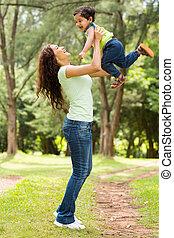 joven, indio, madre que juega, con, bebé, niño