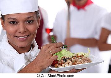 joven, jefe, cocinero, actuación, un, ensalada, plato