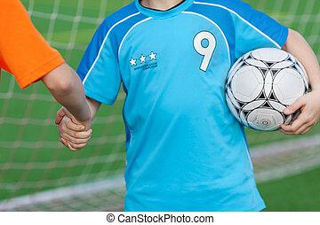 joven, jugadores del fútbol, sacudarir las manos
