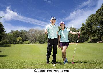 joven, juguetón, pareja, jugando golf, en, un, campo de golf, ellos, certainly, haga ejercicio, o, tener, entrenamiento