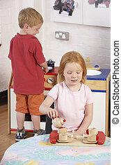 joven, juntos, niños, dos, juego, montessori/pre-school
