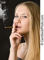 joven, lindo, mujer, cigarrillo humeante