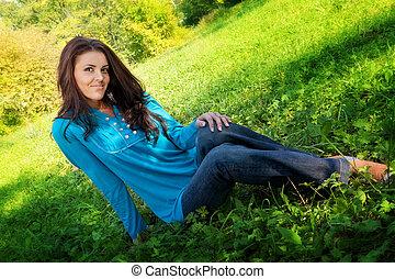 joven, lindo, mujer, reclinación encendido, verde, fresco, pasto o césped