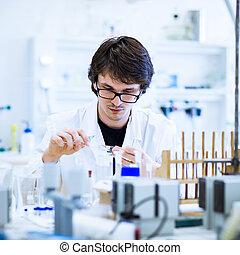joven, macho, investigador, proceso de llevar, afuera, investigación científica, en, un, laboratorio, (shallow, dof;, color, toned, image)