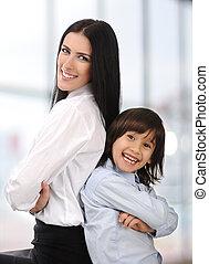 joven, madre e hijo, posición, juntos, de nuevo a la parte posteriora, interior
