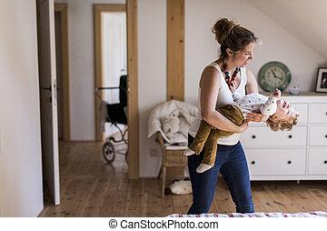 joven, madre, en casa, tenencia, ella, lindo, poco, hijo