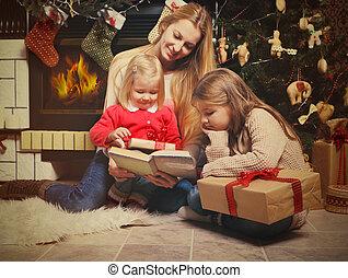 joven, madre, y, ella, dos, poco, hijas, con, regalos de navidad, r