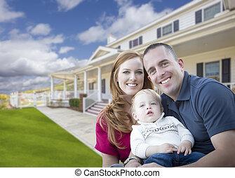 joven, militar, familia , delante de, hermoso, casa