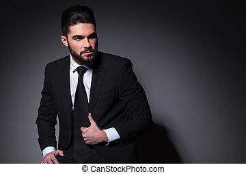 joven, moda, hombre, con, entregue, chaqueta