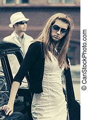 joven, moda, mujer, en, gafas de sol, por, retro, coche