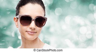 joven, modelo, con, gafas de sol