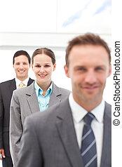 joven, mujer de negocios, posar, con, dos, hombres de negocios, consecutivo