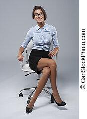 joven, mujer de negocios, sentado, en, el, silla